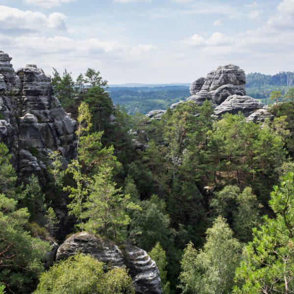 Aussichtspunkt am Höhenweg Honigsteine, Blick auf die Kletterfelsen