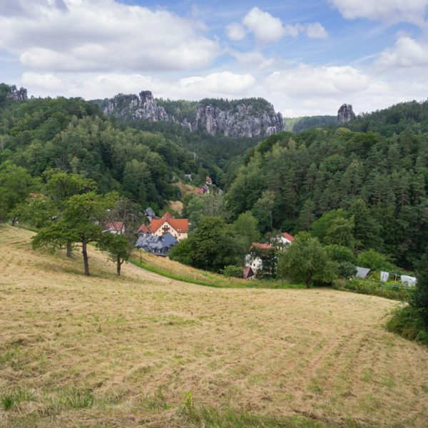 Ausblick vom Rhododendronpark zur Bastei, Talwächter und Lokomotive