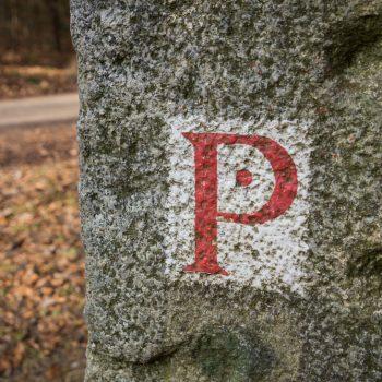 Kannenhenkel, historisches Wegzeichen an der Steinsäule am Königsplatz