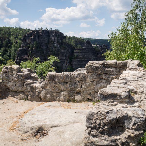 Mauerreste der mittelalterlichen Burganlage auf dem Winterstein