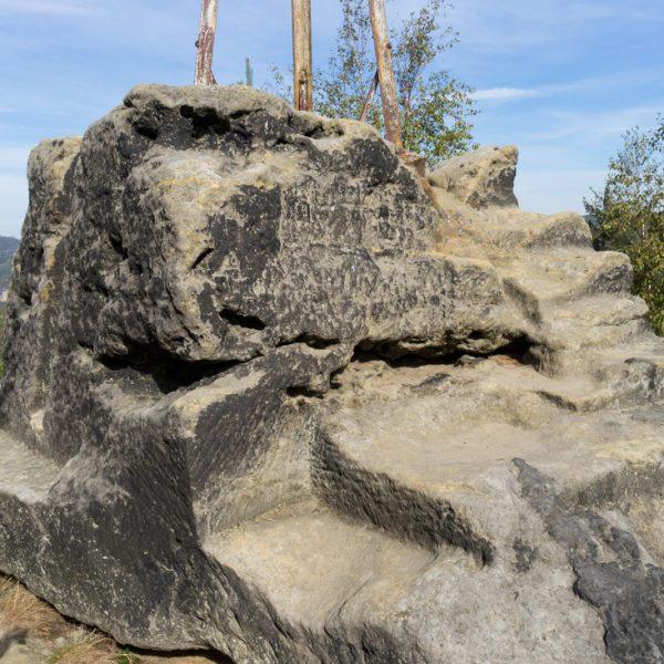 Sandsteinblock mit Wetterfahne auf der Kaiserkrone